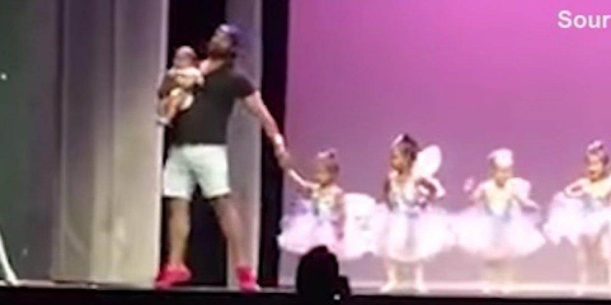 """""""Necesitaba mis abrazos"""": el cariñoso gesto de un padre durante la presentación de ballet de su hija que se transformó en el más tierno viral"""