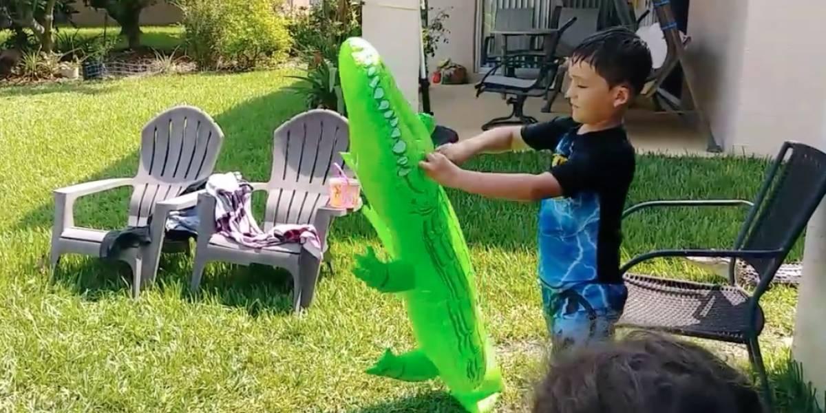 """""""Esa cosa nos estaba observando todo el tiempo"""": su hijo jugaba con un cocodrilo inflable mientras uno real lo acechaba de cerca"""