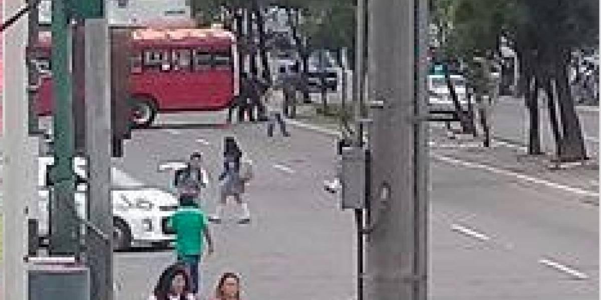 Encapuchados bloquean la avenida Petapa