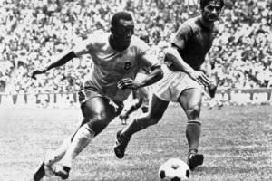 Pelé en un partido del Mundial de México 70