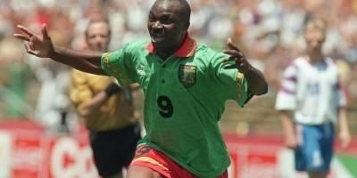 Roger Milla celebra un gol con Camerún