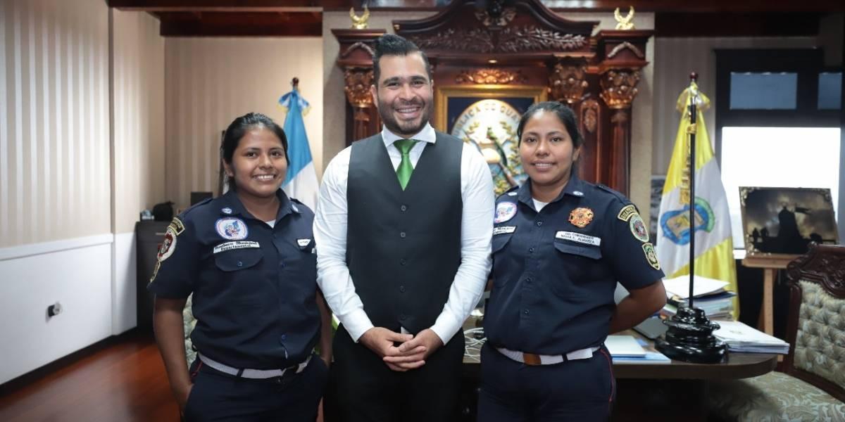 Neto Bran le ofrece empleo a la bombera que despidió el alcalde de La Democracia