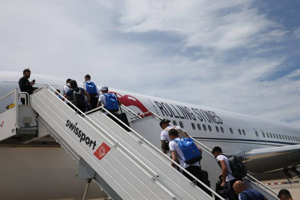 Los jugadores argentinos abordando al avión que los traslada hacia Rusia