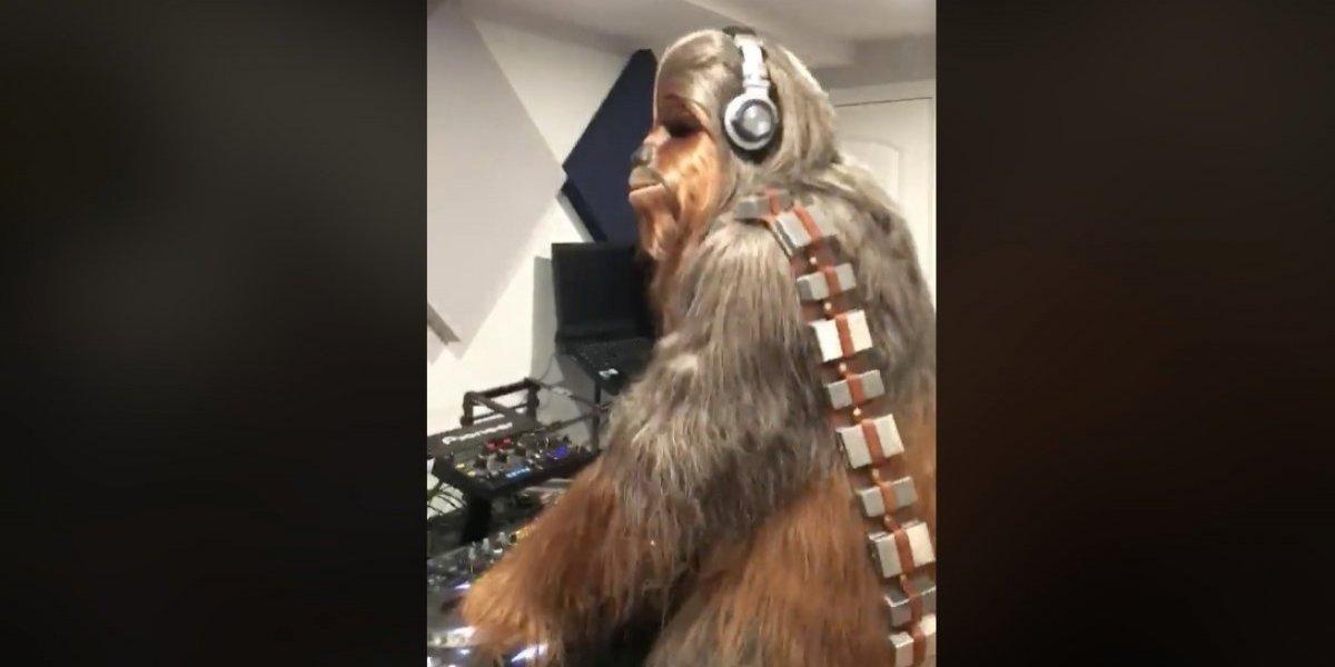 """Chewbacca DJ: el jocoso video que muestra al personaje de Star Wars bailando mientras """"pincha"""" discos"""
