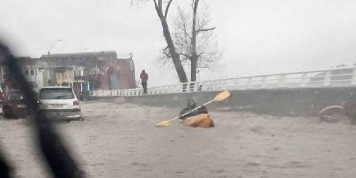 Constitución: lluvias inundan calle Echeverría pero vecinos aprovecharon de realizar deportes náuticos