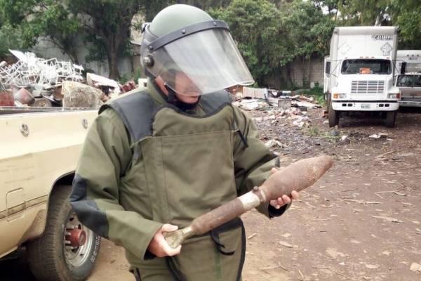 Un agente antiexplosivos de la Policía manipula un artefacto explosivo.