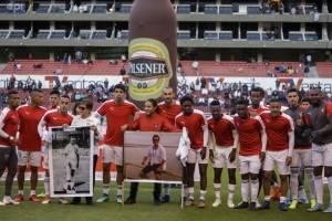 Liga de Quito recordó al equipo periodístico de diario El Comercio con emotivo homenaje