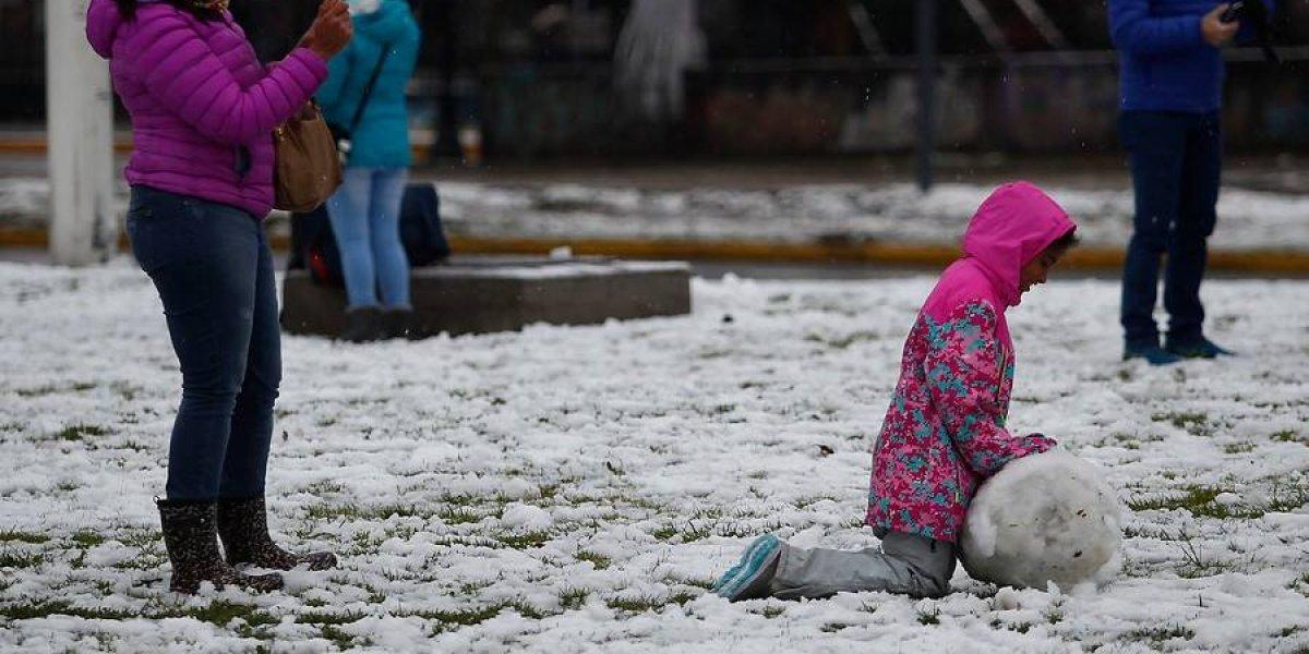 Analizarán suspender clases en Santiago: autoridades decidirán el domingo tras monitorear eventos de lluvia y nieve