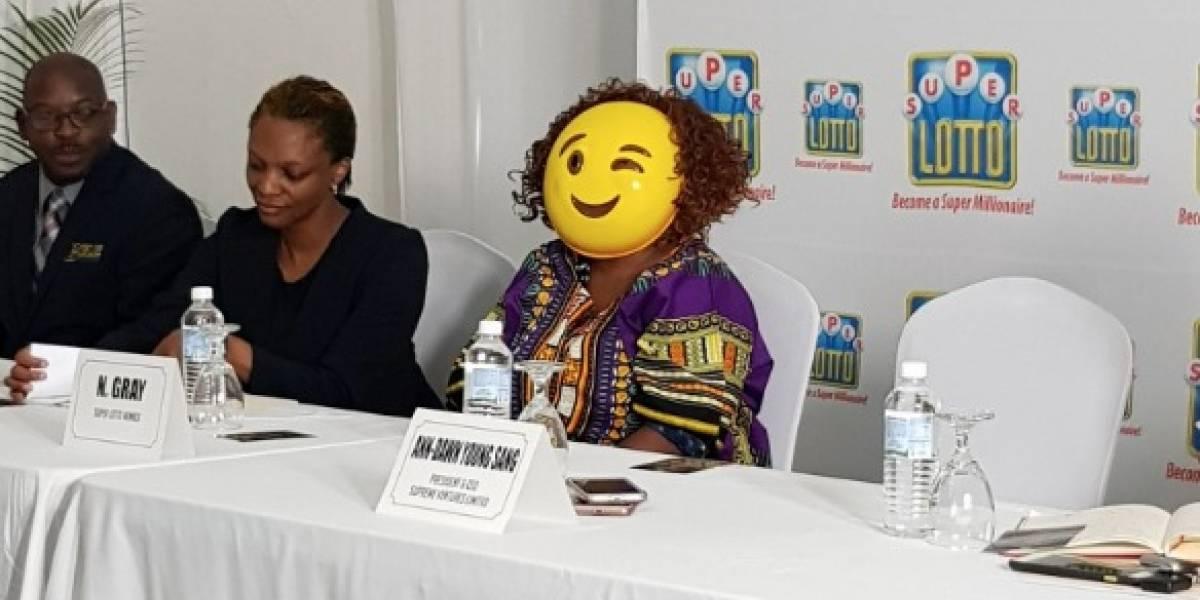 Ganadora de lotería en Jamaica oculta su rostro al reclamar dinero