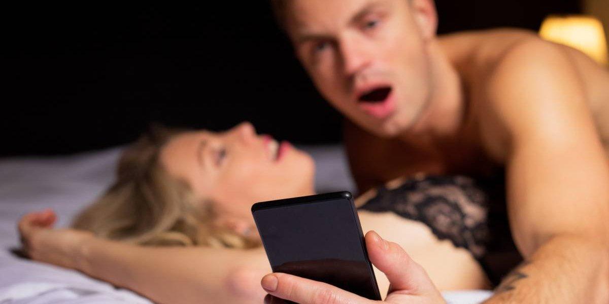 Una de cada diez personas revisa su celular mientras está teniendo sexo