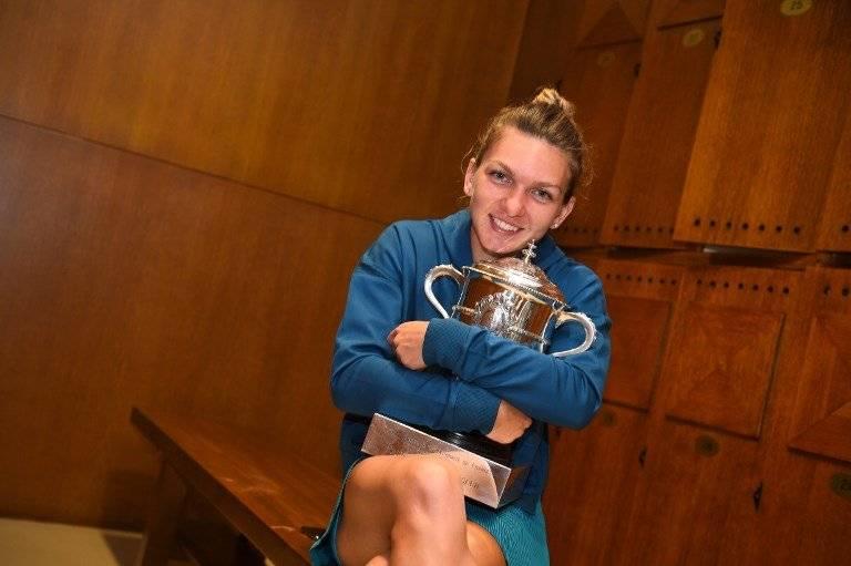 Simona Halep con el trofeo de campeona del Roland Garros