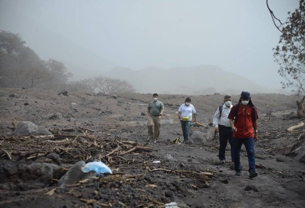 Personas de la aldea recorren el área para encontrar a sus familiares.