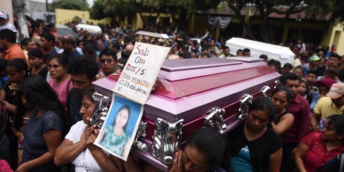 En emotivo sepelio, pobladores de San Juan Alotenango despiden a víctimas de la tragedia