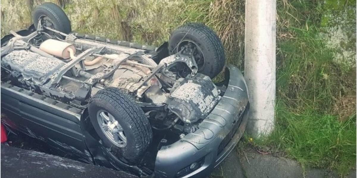 Un auto se volcó en la Simón Bolívar debido a lluvia en Quito