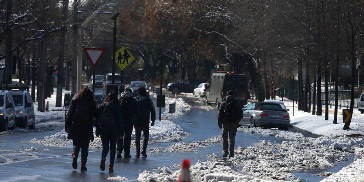 """Critican suspensión de clases sólo en el sector oriente en Santiago: """"No sólo habrá frío de Plaza Italia para arriba"""""""