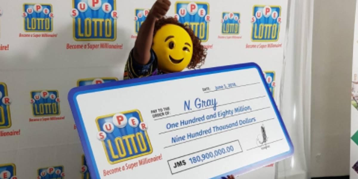 Maestra: ganó 1.4 millones de dólares en la lotería y para que nadie la reconociera fue a recibir el premio con una máscara de emoji