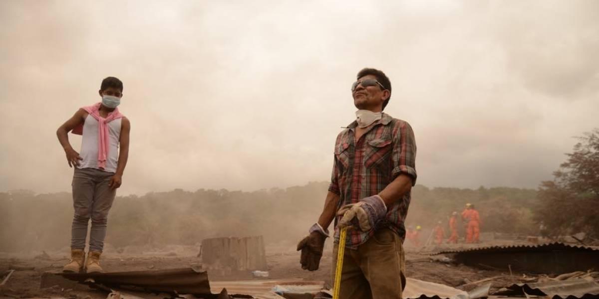 Familiares insisten en buscar a víctimas de la erupción del volcán de Fuego