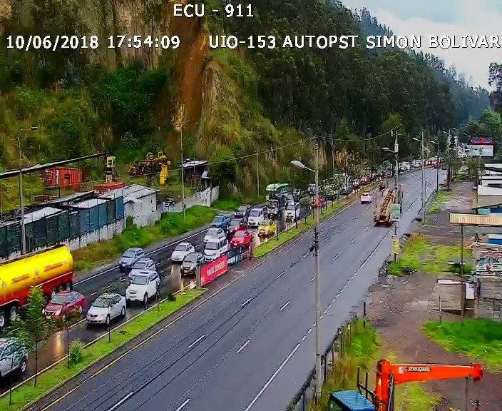 Un auto se volcó en la Simón Bolívar Ecu 9 11