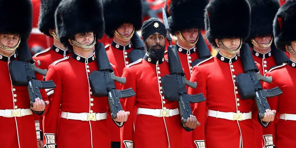 Militar usa turbante durante cerimônia de aniversário da rainha Elizabeth II