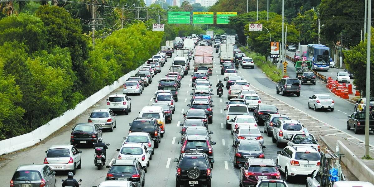 Prefeitura de SP suspende a livre circulação de caminhões
