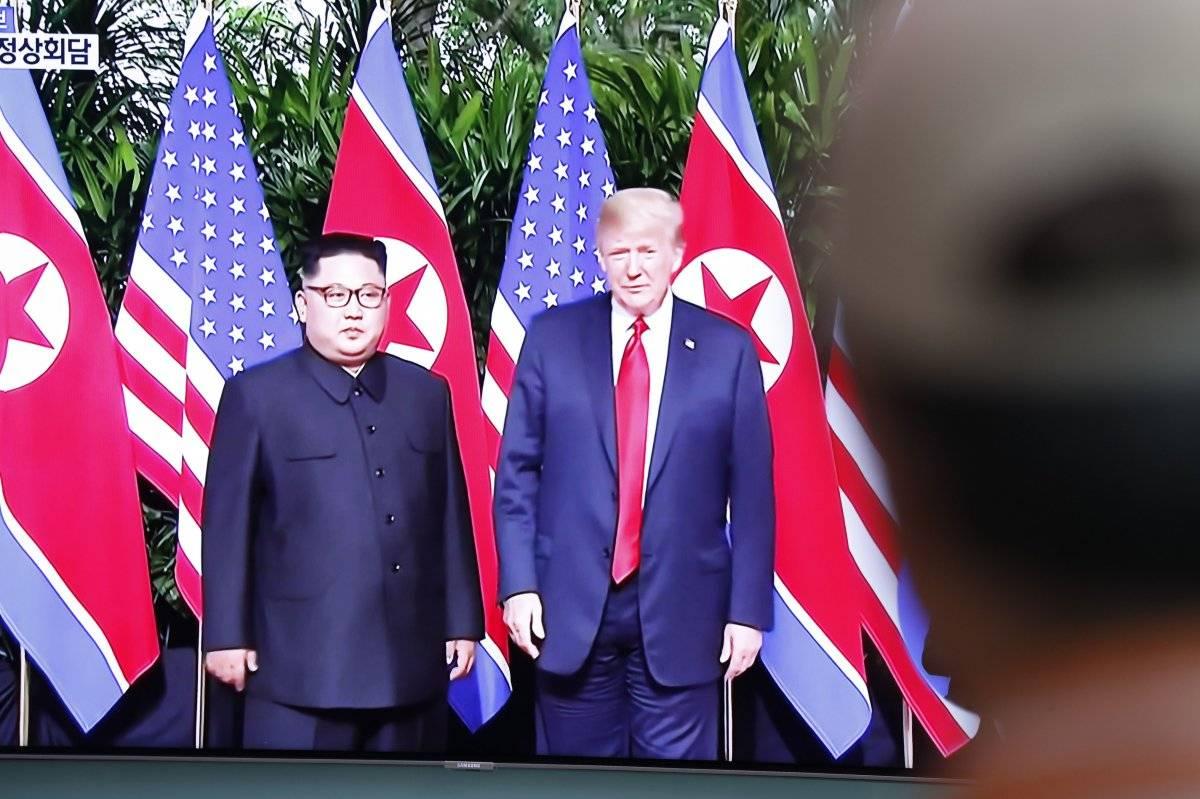 Ciudadanos surcoreanos observan en directo la transmisión de la cumbre en Singapur entre el líder norcoreano, Kim Jong-un (i), y el presidente estadounidense, Donald J. Trump, EFE