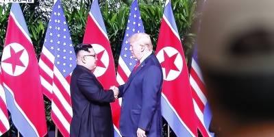 Ciudadanos surcoreanos observan en directo la transmisión de la cumbre en Singapur entre el líder norcoreano, Kim Jong-un (i), y el presidente estadounidense, Donald J. Trump,