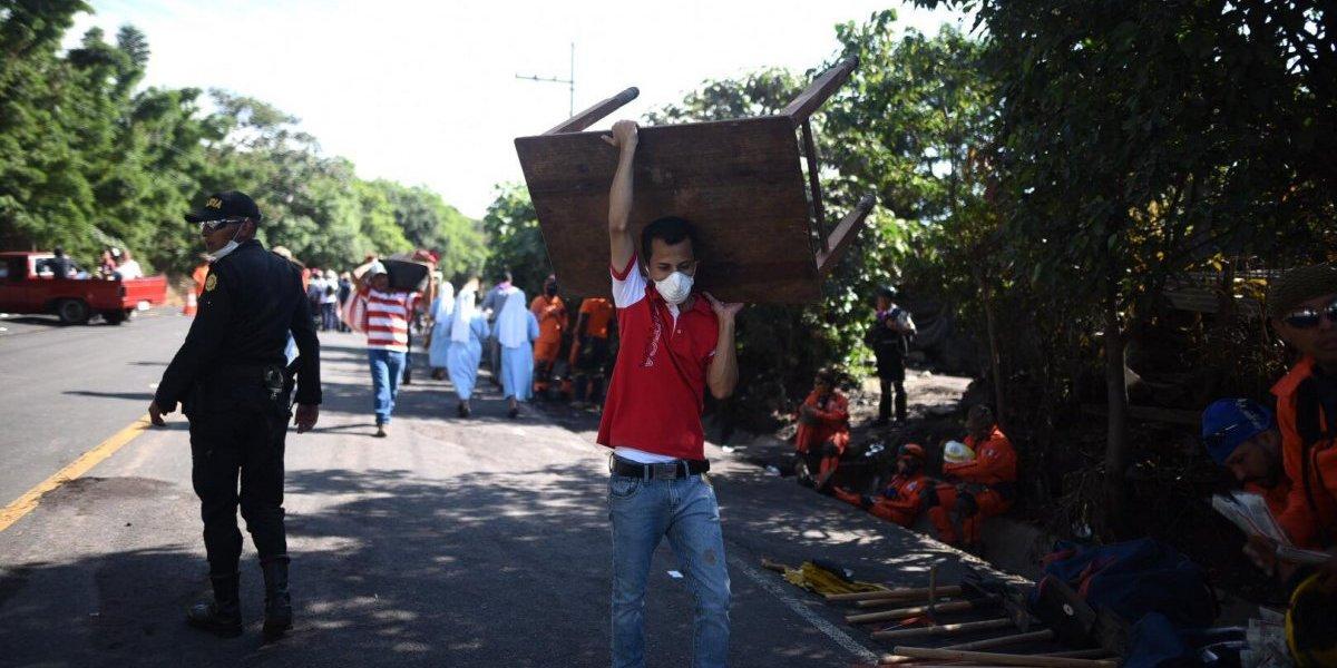 Sobrevivientes regresan a la zona afectada por la erupción para recuperar pertenencias