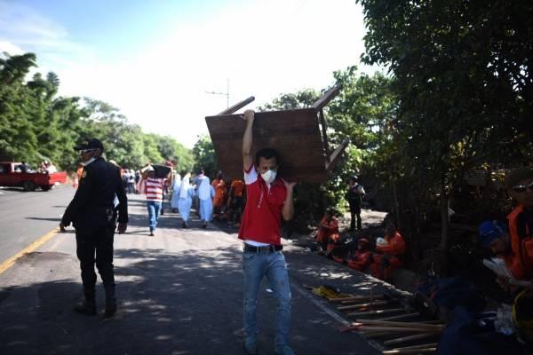 pobladores ingresan a área afectada por erupción del volcán de Fuego para sacar pertenencias
