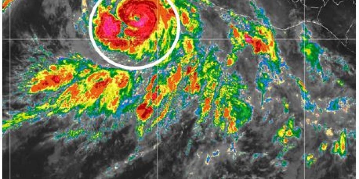 Huracán 'Bud' provoca olas de hasta 4 metros en costas de México