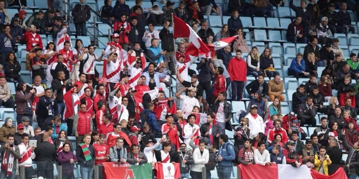 """Locura """"blanquiroja"""" en Rusia: Hinchas peruanos revolotearon el entrenamiento de su selección"""