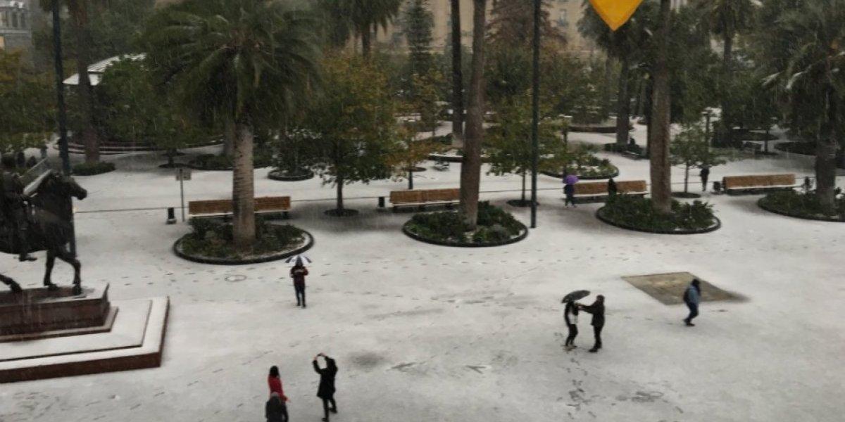 Michelle Adam y Karla Rubilar siempre tuvieron razón: finalmente cayó la nieve y el centro de Santiago se cubrió de blanco
