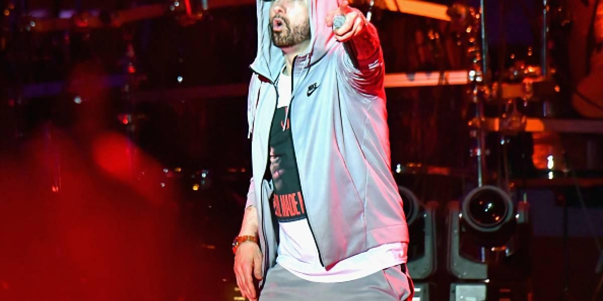 Eminem suelta sonidos de disparos en su show — Pánico en vivo