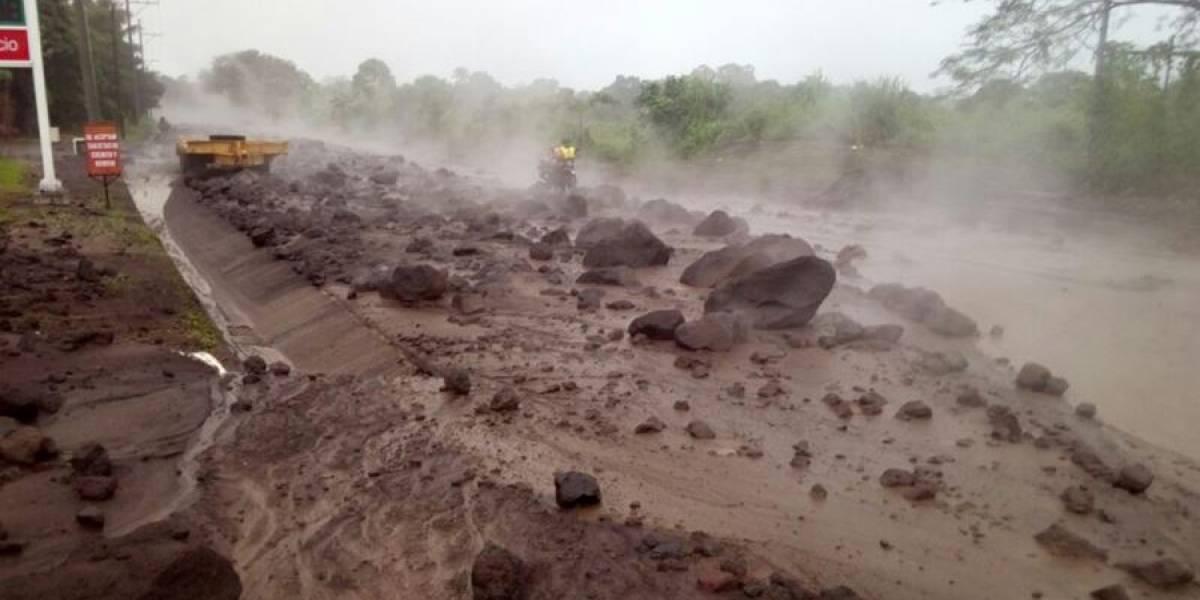 Fuertes lluvias provocan descenso de lahares del volcán de Fuego