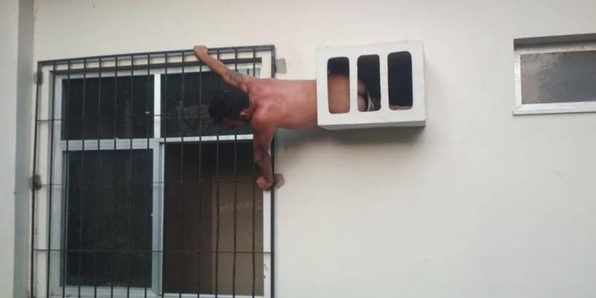 Homem acaba preso em buraco do ar-condicionado ao tentar fugir de delegacia