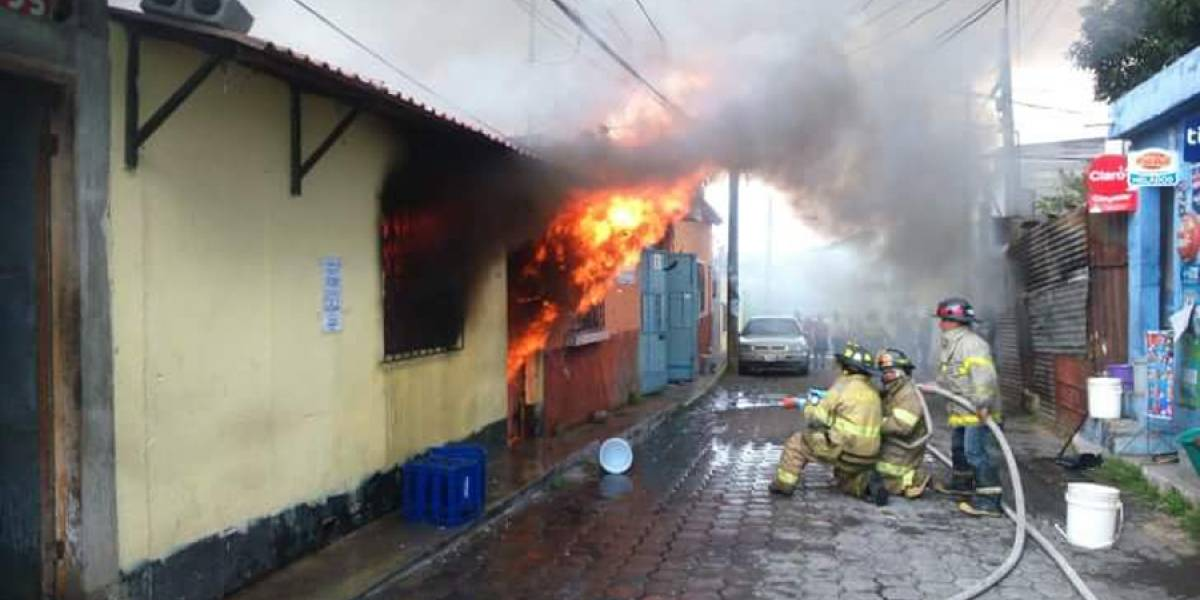Incendio consume dos inmuebles en Mixco