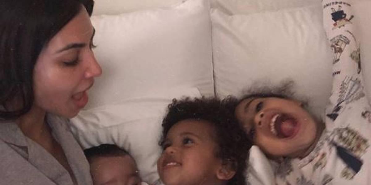 """Kim Kardashian compartilha foto com os filhos: """"Bem-vindo a boa vida"""""""