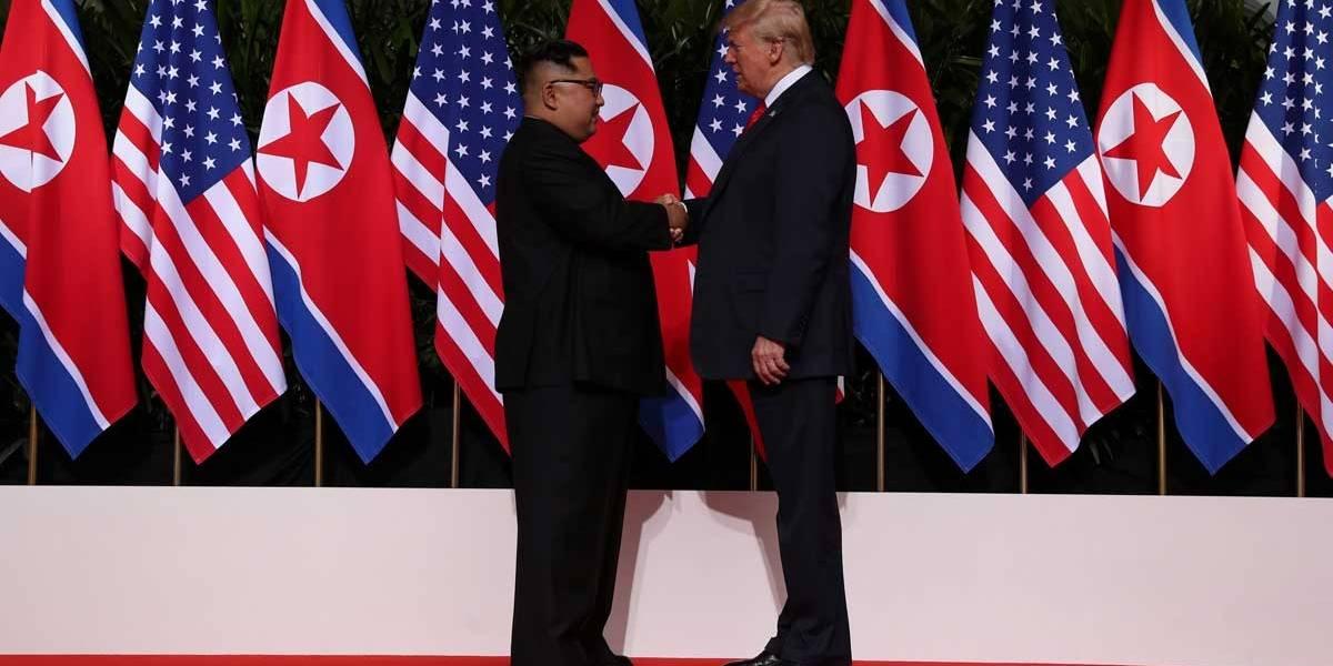 Trump e Kim Jung-Un apertam as mãos em encontro histórico em Singapura
