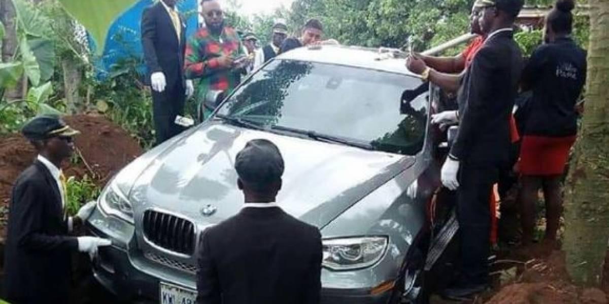 Promessa: Filho enterra pai dentro de carro de luxo na Nigéria