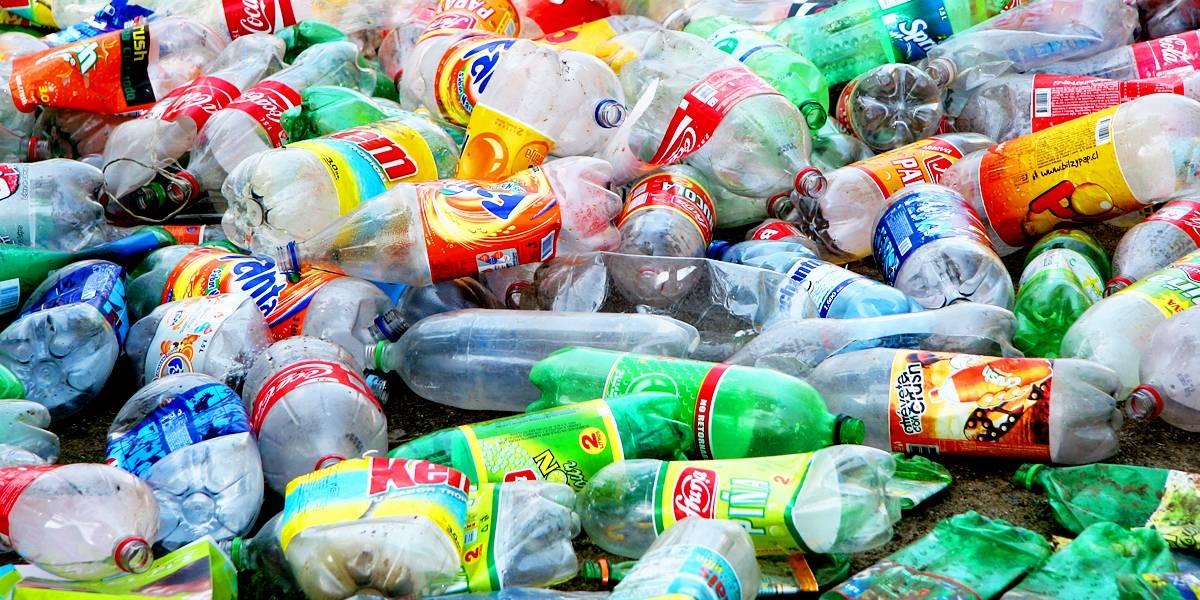 Esto es responsabilidad: la tendencia de usar botellas plásticas para fabricar ropa y ayudar al medio ambiente