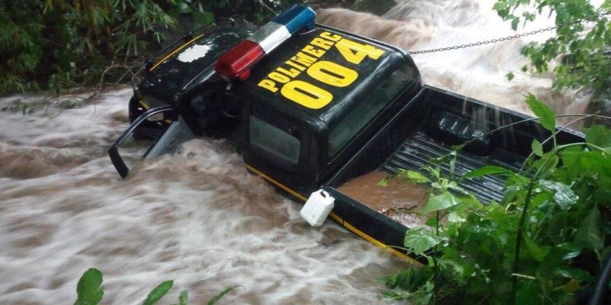 Una patrulla de la PNC es arrastrada por un río en Escuintla