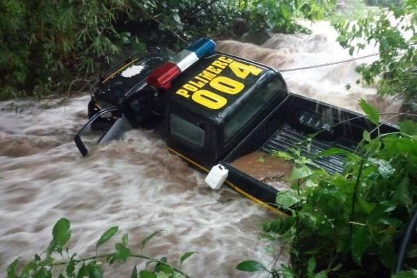 Patrulla PNC arrastrada por río