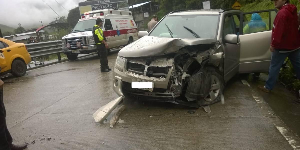 5 heridos en la vía Zamora – Loja tras choque frontal entre dos automotores