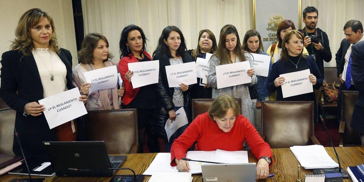 Sucedió en la defensa del ministro de salud: diputadas exigieron nuevo reglamento a Ley de Aborto en 3 causales