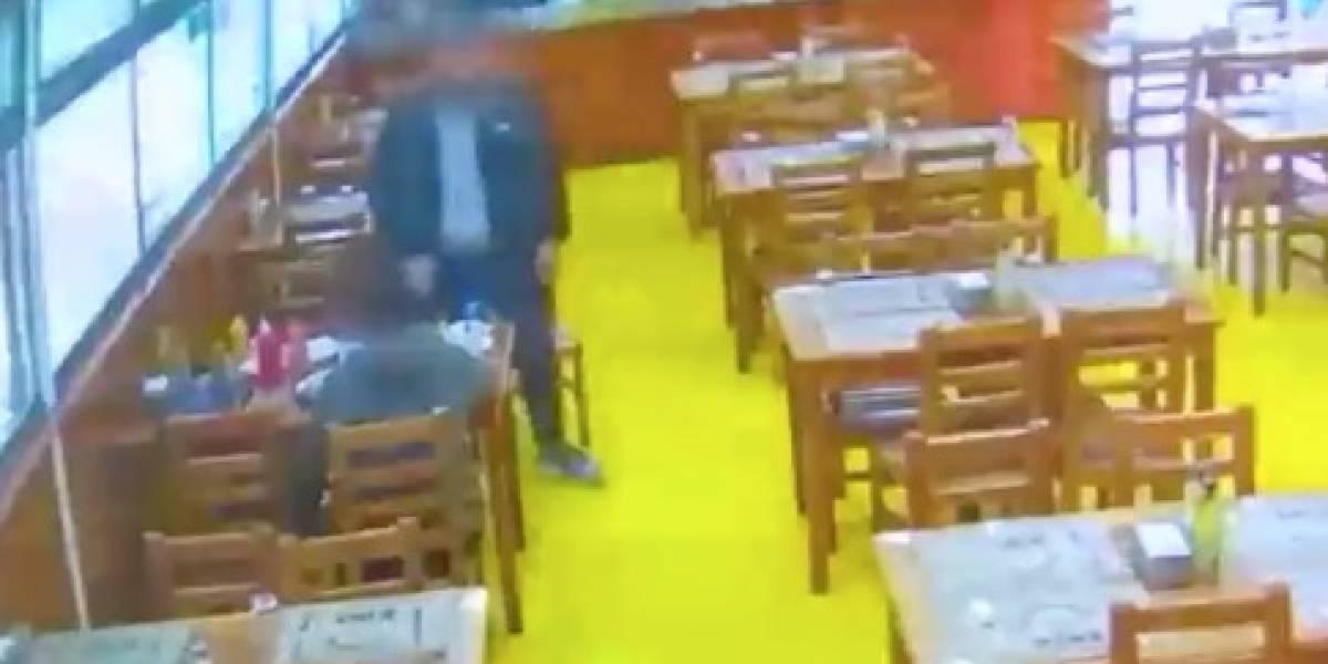 Denuncian brutal agresión contra niño en restaurante de Santiago: sujeto golpeó y pateó al menor, le botó su completo y lo obligó a limpiar todo