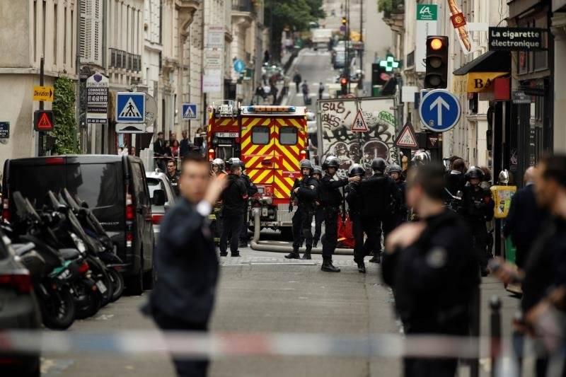Varios miembros de las fuerzas policiales montan guardia en un perímetro de seguridad durante una supuesta toma de rehenes en la Rue des Petites Ecuries, en París, Francia. Foto: EFE