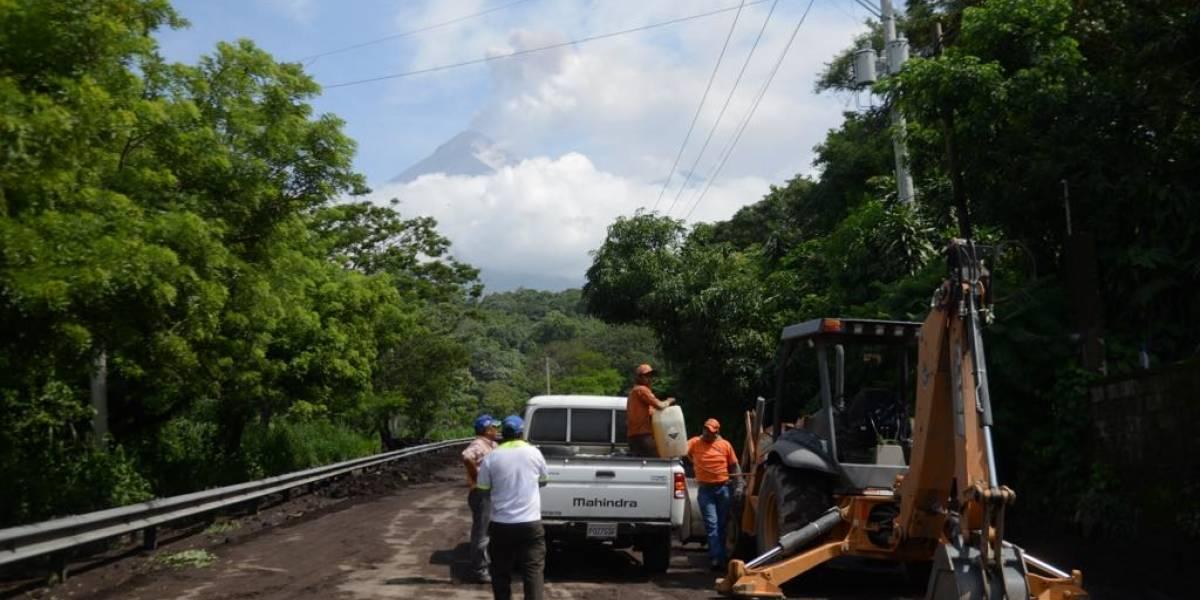 Vecinos aseguran que acumulación de material volcánico por trabajos de limpieza dañó 4 kilómetros más de carretera