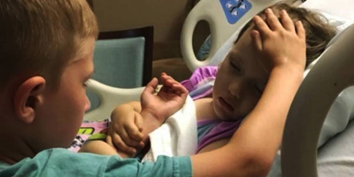 ¡Desgarrador! Niño se despide de su hermanita que murió de cáncer y padre de ambos captura el momento