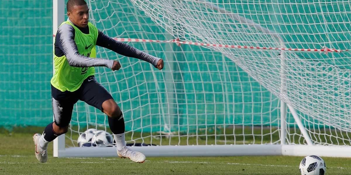Atacante Mbappé deixa treino com dor no tornozelo, mas diz que está bem