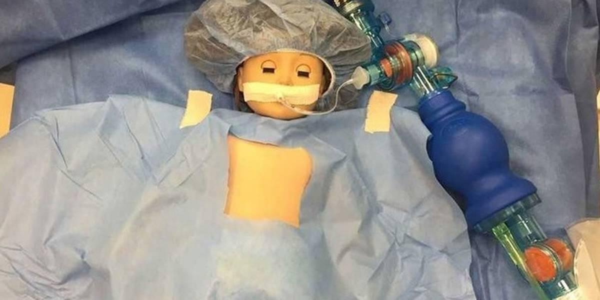 Médicos operan a la muñeca de una niña para esta se sintiera acompañada