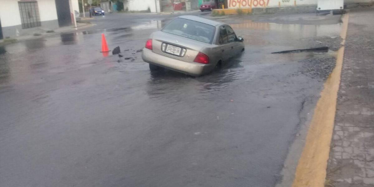 Cae mujer con su automóvil a un socavón en Apodaca